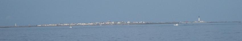 Blick auf die gesamte Breite der Ile de Sein vom Boot aus