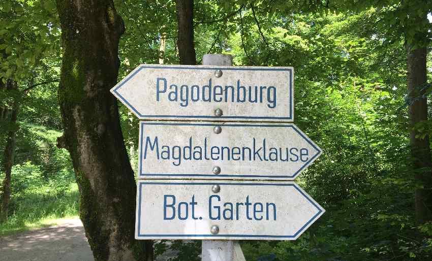 Wegweiser zum Botanischen Garten, zur Pagodenburg und zur Magdalenenklause in München-Nymphenburg