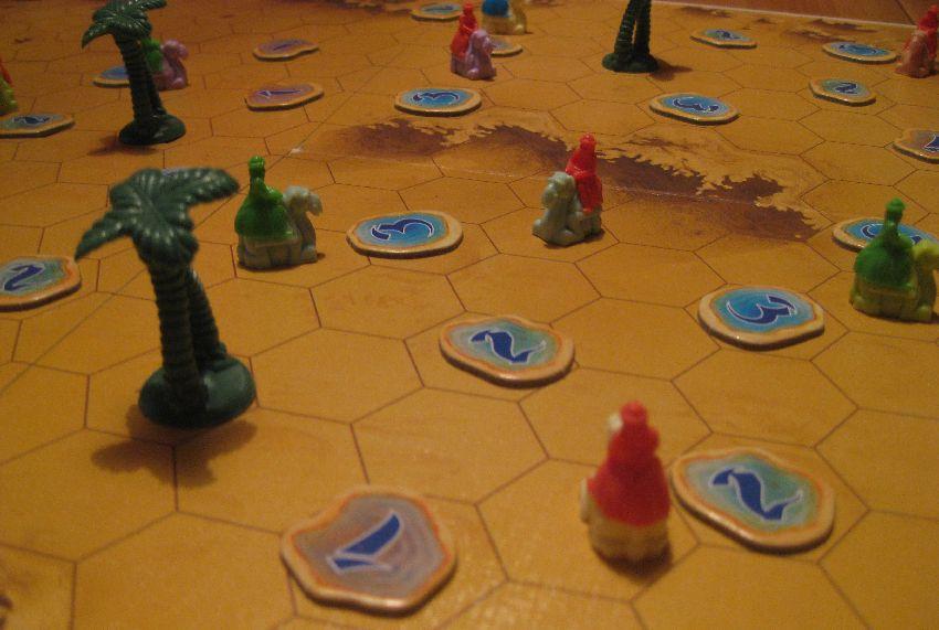 Kamelreiter verschiedener Farbe auf dem Spielbrett von Durch die Wüste von Reiner Knizia