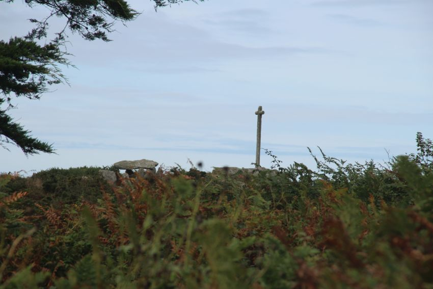 Blick auf die allée couverte und das Granitkreuz von Guiliguy bei Portsall