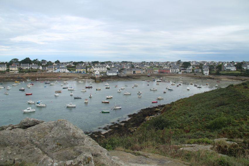 Blick von der Allée couverte von Guilliguy auf den Hafen von Portsall