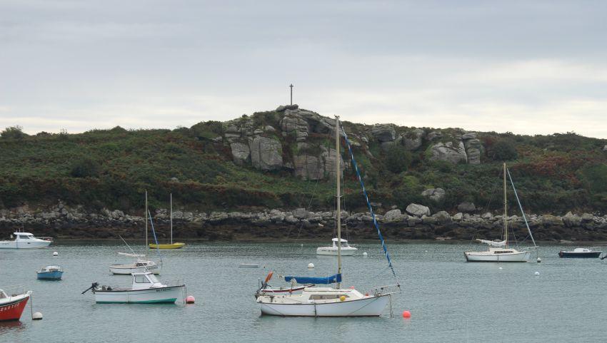 Blick auf Dolmen und Granitkreuz in Portsall