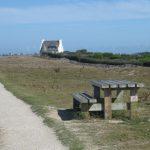 großer, für Menschen mit Behinderung angelegter Küstenweg mit einem rollstuhlgerechten Picknicktisch