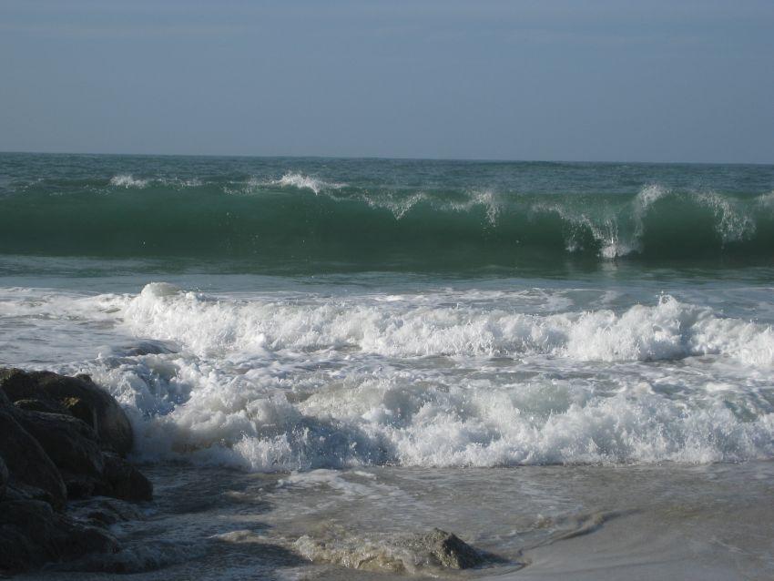 Hohe Wellen im bretonischen Ort Kerlouan
