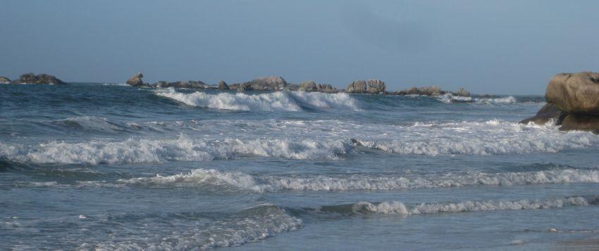 Hohe Wellen bei Grande marrée in Kerlouan an der Côte des légendes