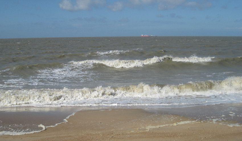 Blick auf ein sehr wellenbewegtes Meer am Albertstrand in Knokke-Heist