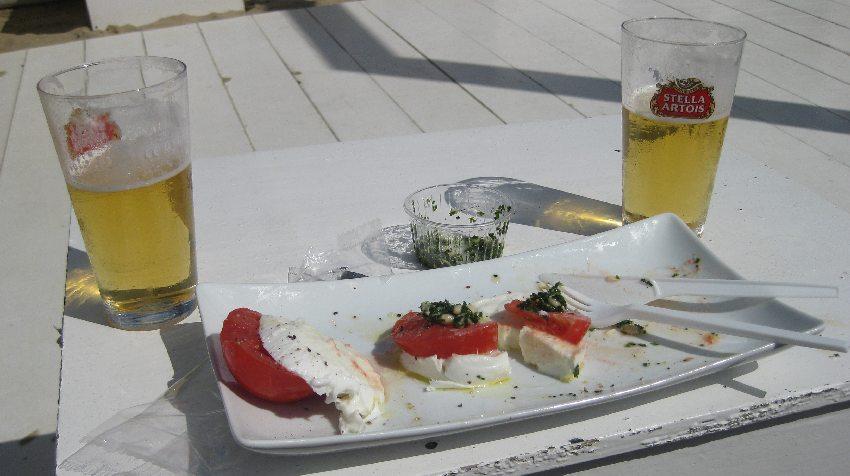 Platte mit Tomate-Mozarella und Pesto sowie zwei Bieren