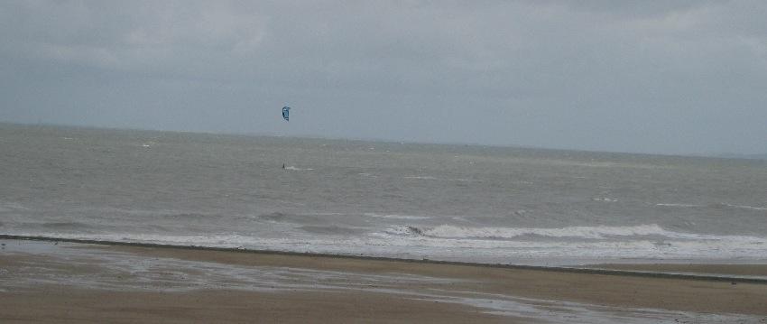 Meer vor Knokke-Heist in Flandern bei schlechtem Wetter