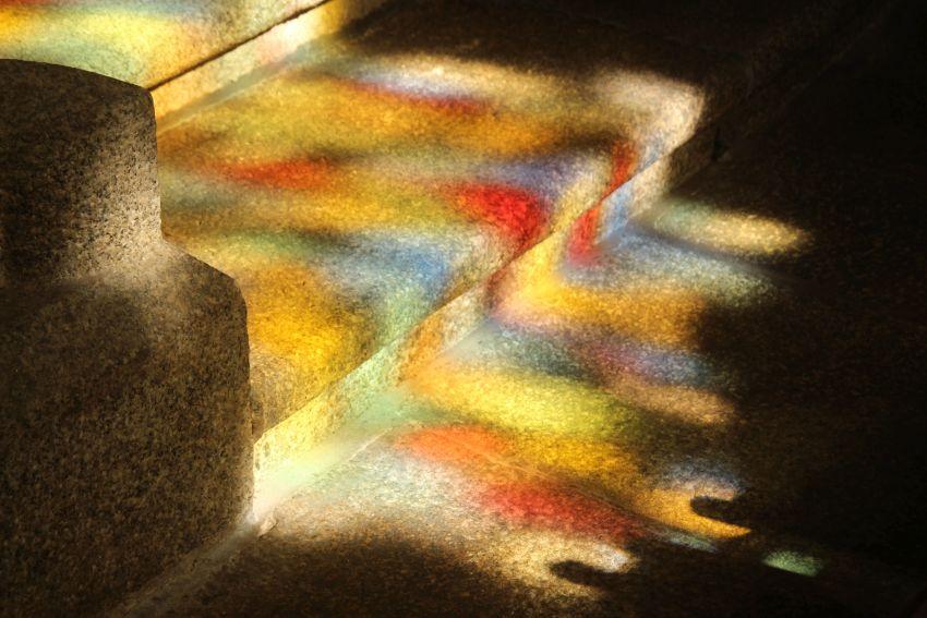 Bunte Farbenspiele auf dem Fußboden der Kirche von Lannilis