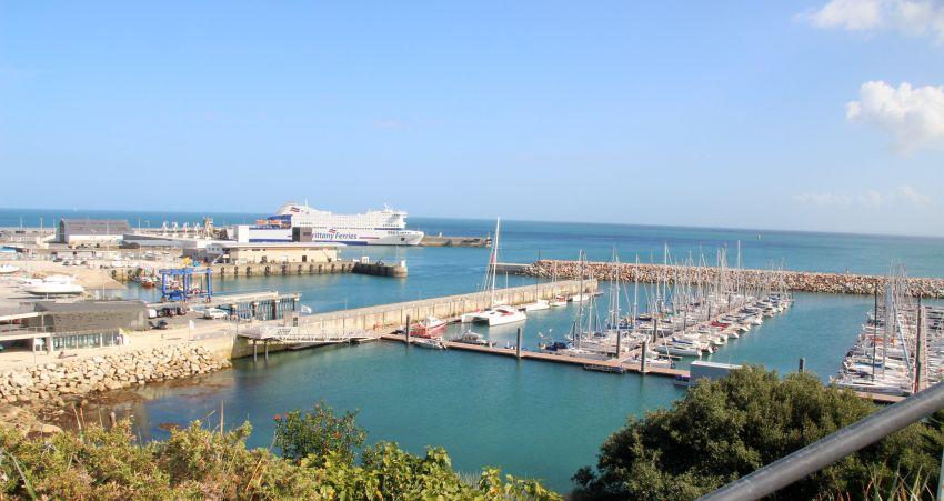 Blick vom Jardin exotique in Roscoff auf den Fährhafen nach England