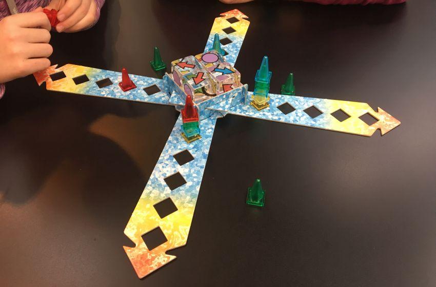 Spielbrett von Ice Cult mit Spielfiguren und Würfeln