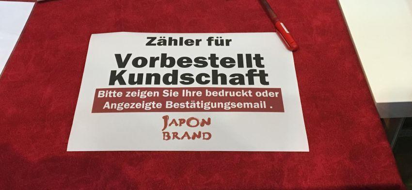 """Schild an einem japanischen Stand in Essen: Zähler für vorbestellt Kundschaft"""""""