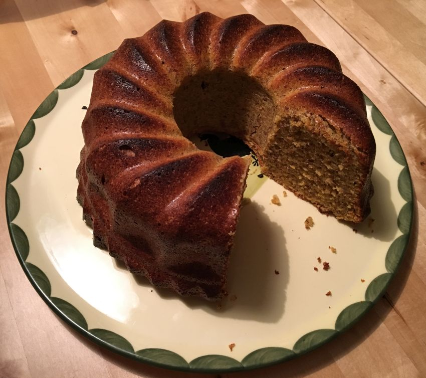 angeschnittener Kürbis-Mandel-Kuchen