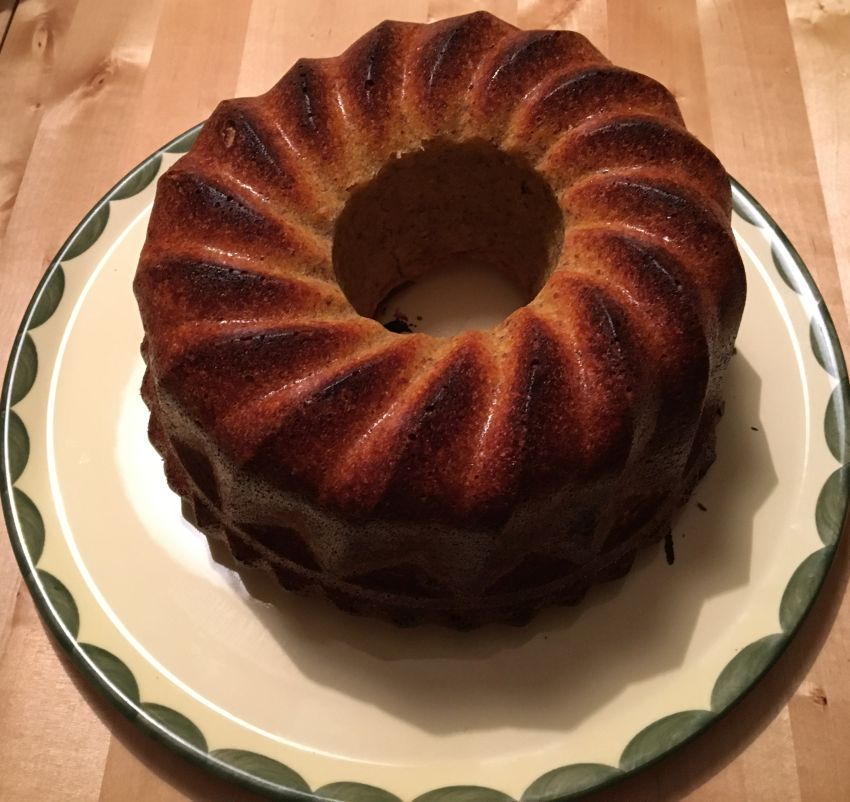 Kürbis-Mandel-Kuchen auf einer Kuchenplatte