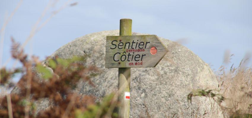 Wegweiser Sentier côtier in Plouescat mit handschriftlich hinzugefügter bretonischer Beschriftung