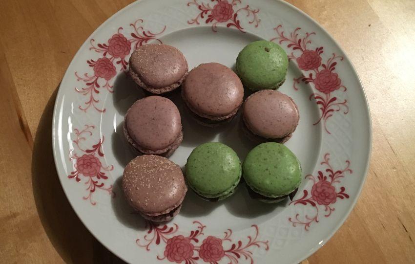verschiedene Macarons auf einem Tellerchen angerichtet