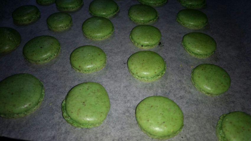 grüne Macaronschalen auf einem Backblech