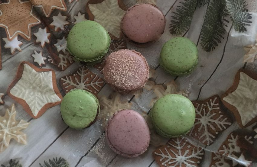 grüne und rosa Macarons auf einem Gebäckteller