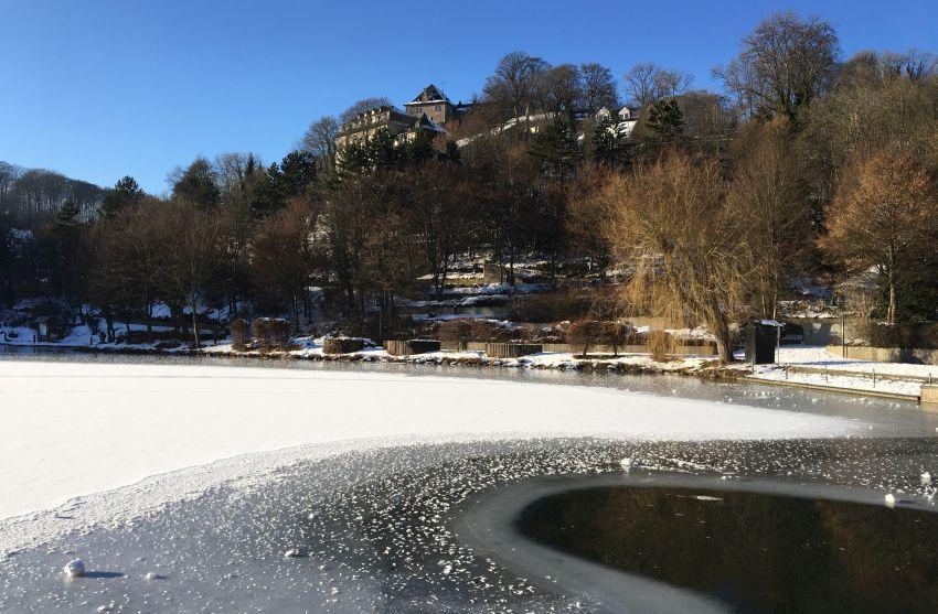 Burg Blankenheim und der zugefrorene See im Tal