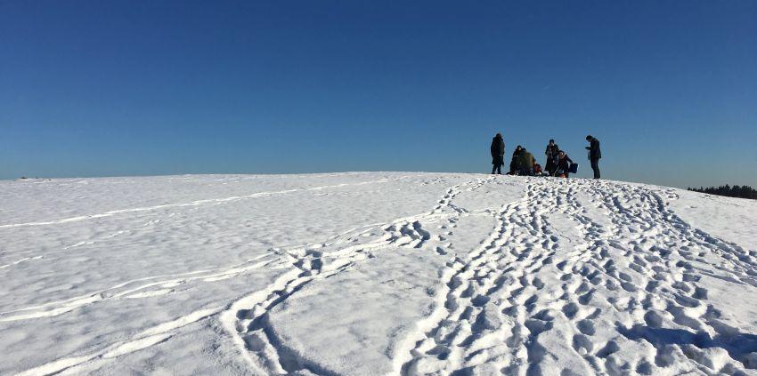 Familie beim Picknick im Schnee
