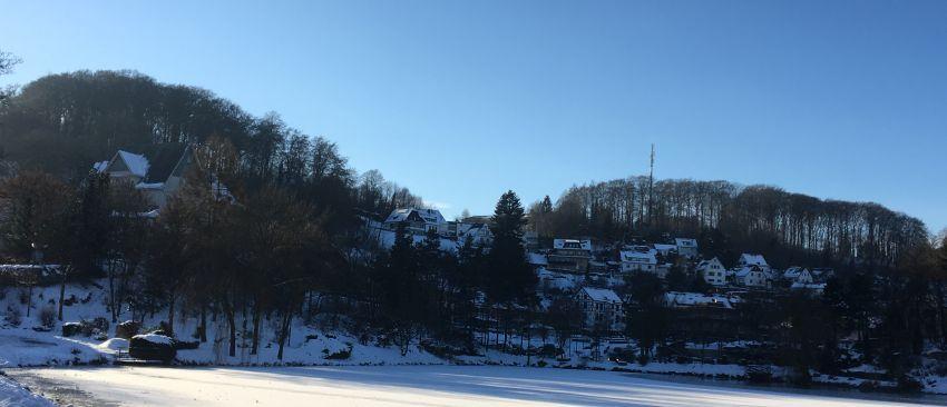 Blankenheim in der Eifel im winterlichen Schatten