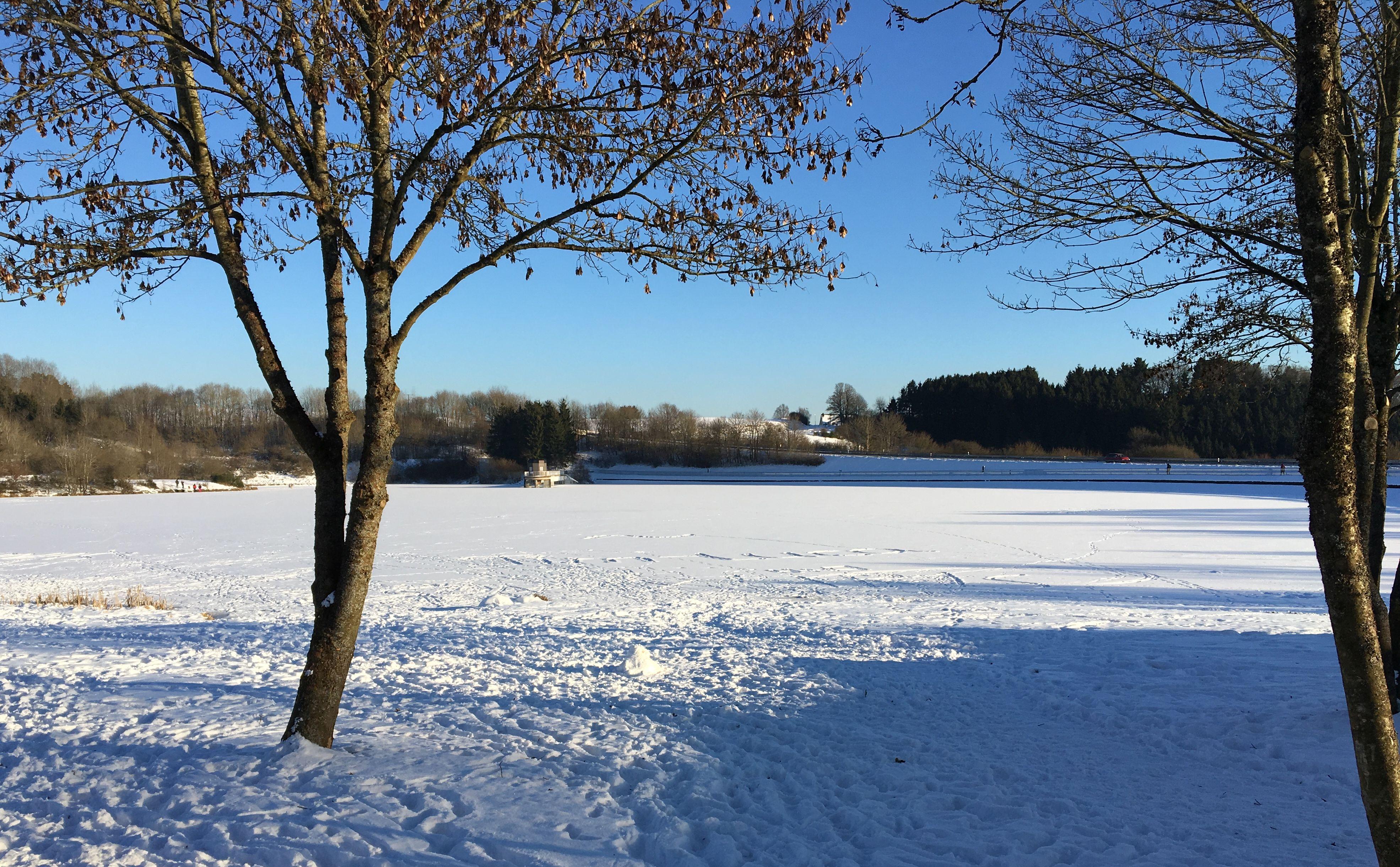 Verschneiter Freilinger See im Sonnenschein