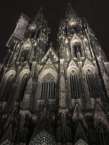 Fassade des Kölner Doms bei Nacht