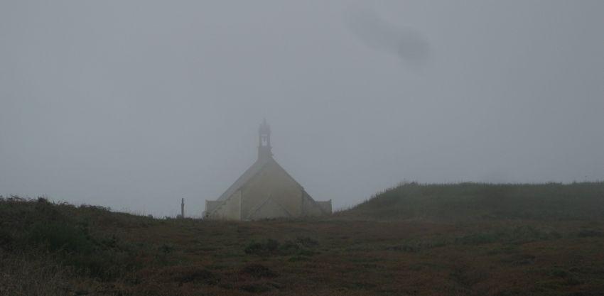 pointe-du-van-nebel-argueveur-chapelle-saint-they-von-hinten