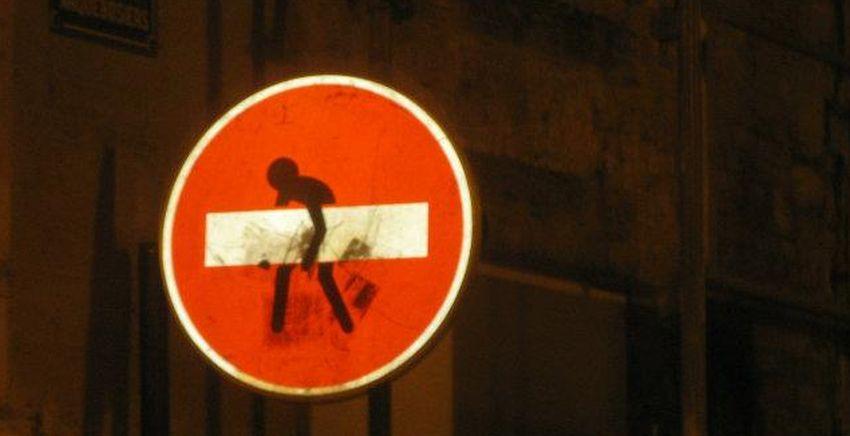 Verändertes Durchfahrt-Verboten-Schild in Paris