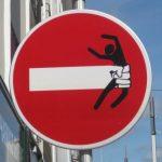 Umgestaltetes Durchfahrt verboten-Schild im Finistère