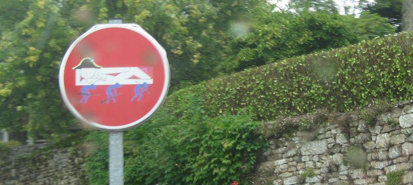 strassenschild-bretagne-argueveur-durchfahrt-verboten-napoleon