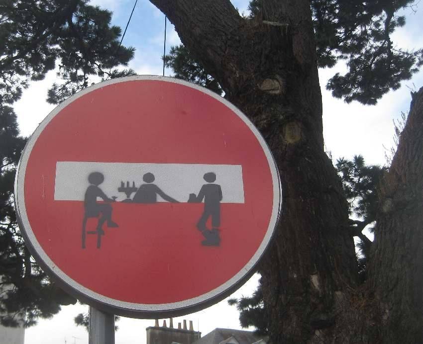 kreativ verändertes Straßenschild in Landerneau