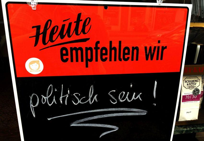 Kneipenschild mit der Aufscrift: Heute empfehlen wir: Politisch sein!