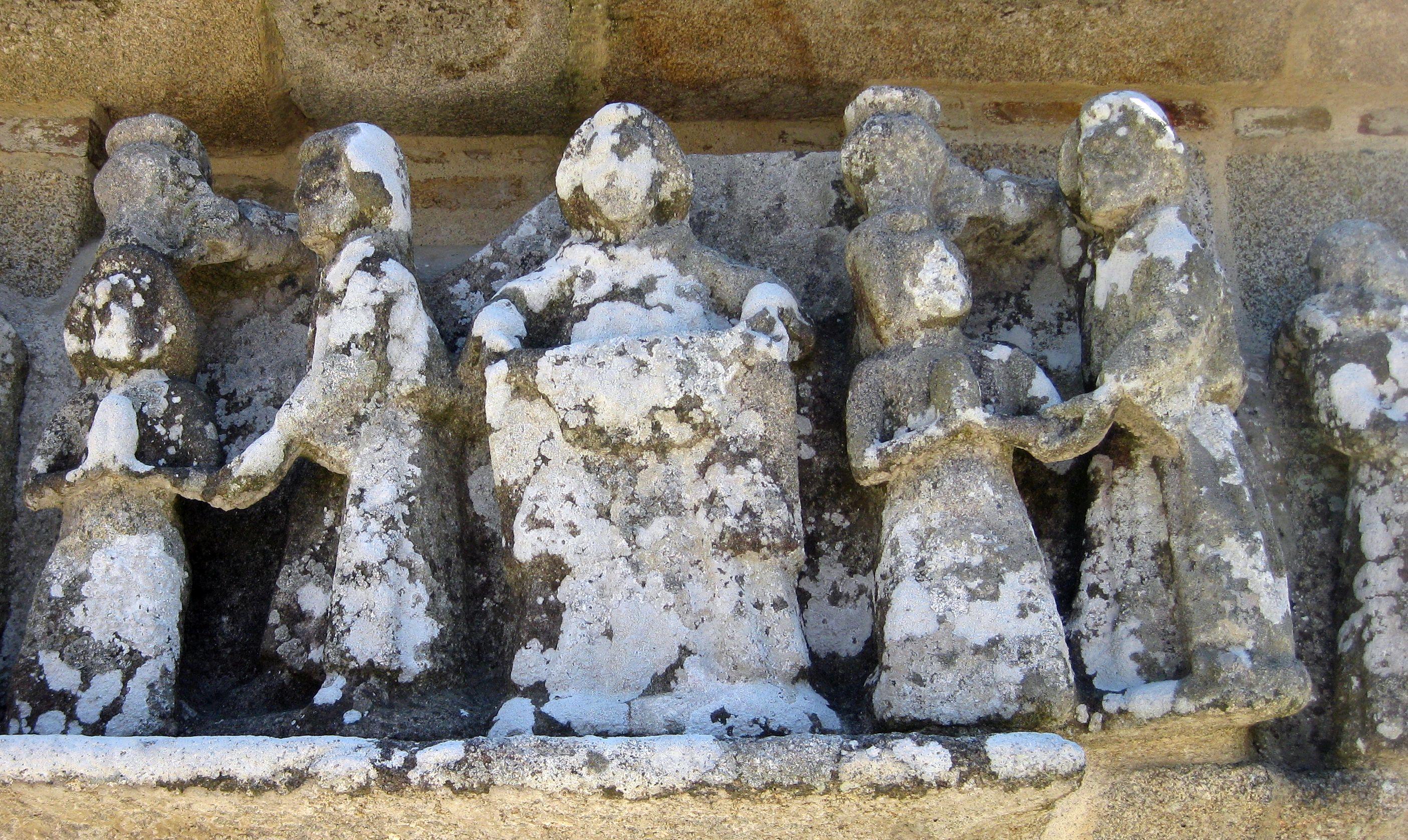 doppelte Taufszene auf dem Calvaire von Tronoen im Finistère in der Bretagne