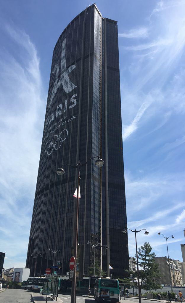 Tour Montparnasse in Paris mit Werbung für die Olympischen Spiele