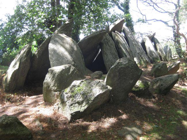 aneinander gelehnte steine