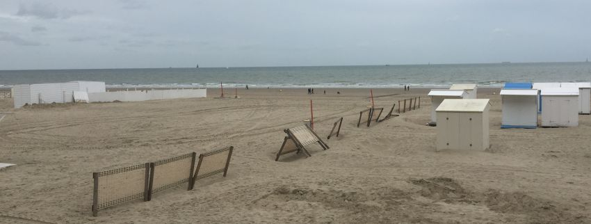 umgekippter Zaun am Strand