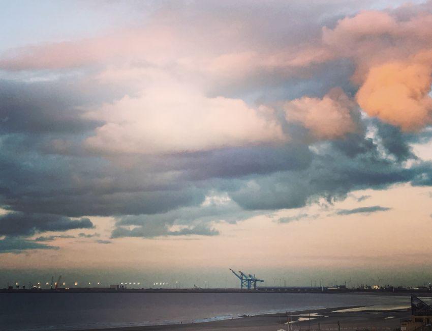 Sonnenuntergang am Meer mit rose-orangenen Wolken
