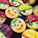 Kekse dekoriert wie Clowns und Piraten