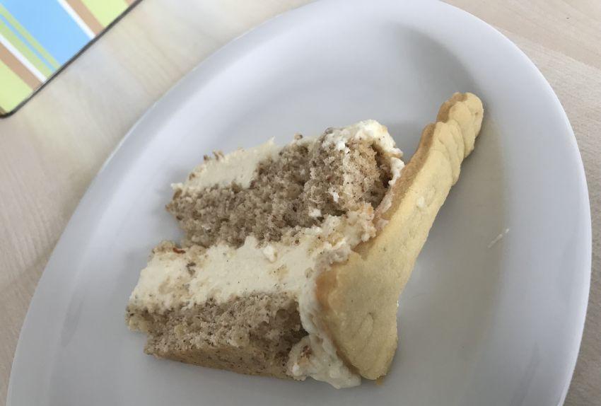 Stück der Mandelbiskuit-Käse-Sahne-Torte