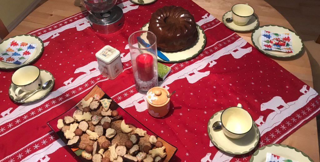 Kaffeetafel für den Adventskaffee mit Plätchenteller und Lebkuchenguglhupf