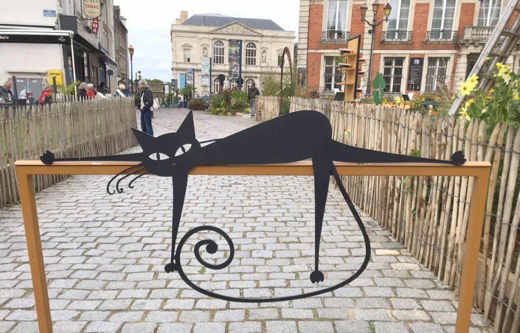 Katzenrelief auf einem Zaun